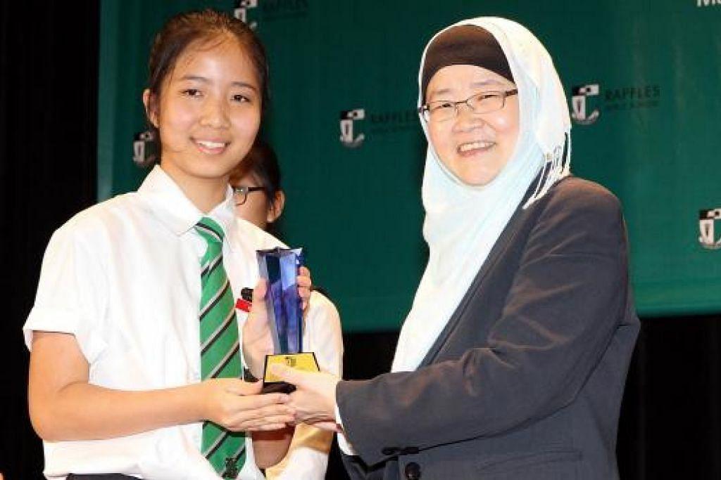 TERIMA ANUGEAH ALUMNI: Pelajar tahun ketiga, Cik Goh Shi Ruth (kiri), merupakan salah seorang daripada penerima Anugerah RGS Alumnae daripada Profesor Jackie Ying. – Foto RAFFLES GIRLS SCHOOL