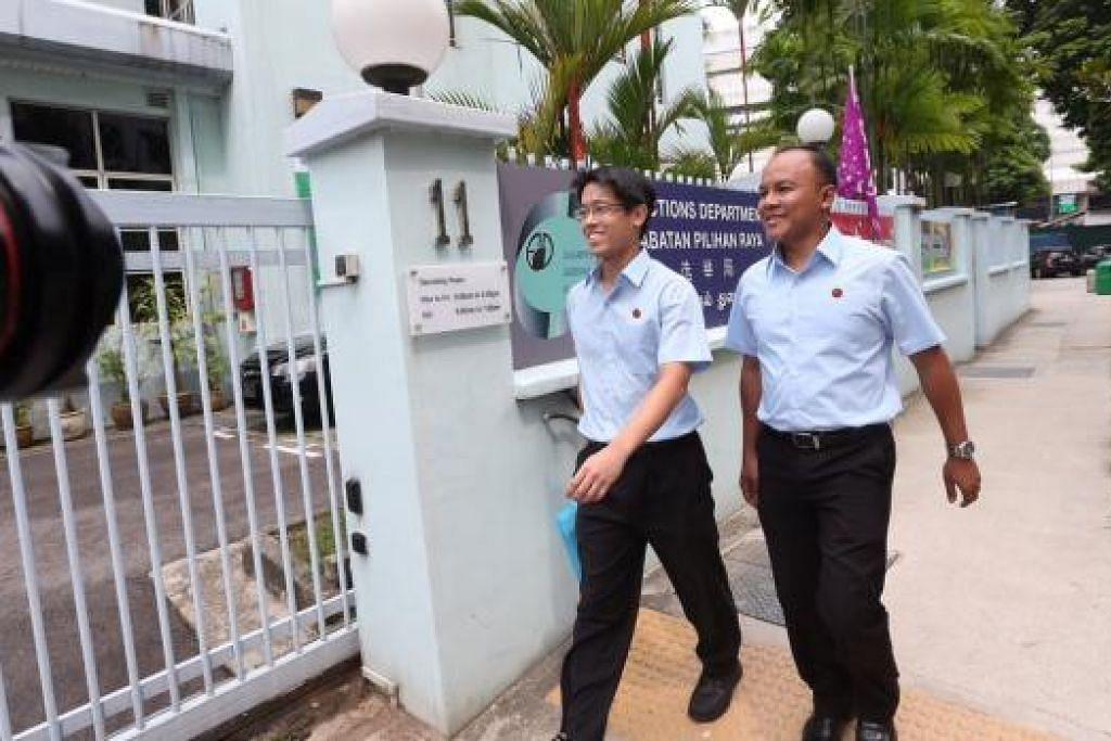 Encik Gerald Giam (kiri) dan Encik Faisal Manap daripada Parti Pekerja (WP) tiba di Jabatan Pilihan Raya di Prinsep Linki pagi ini. Gambar The Straits Times