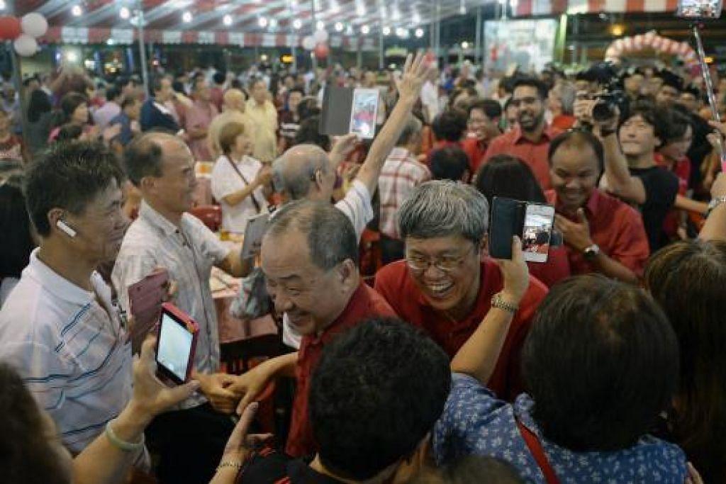 Ketua Parti Pekerja (WP), Encik Low Thia Khiang, bersama (belakang beliau) Encik Png Eng Huat, Encik Faisal Manap dan Encik Pritam Singh disambut meriah di majlis Jamuan Malam Hari Kebangsaan WP di Hougang pada 23 Ogos lalu. Gambar The Straits Times