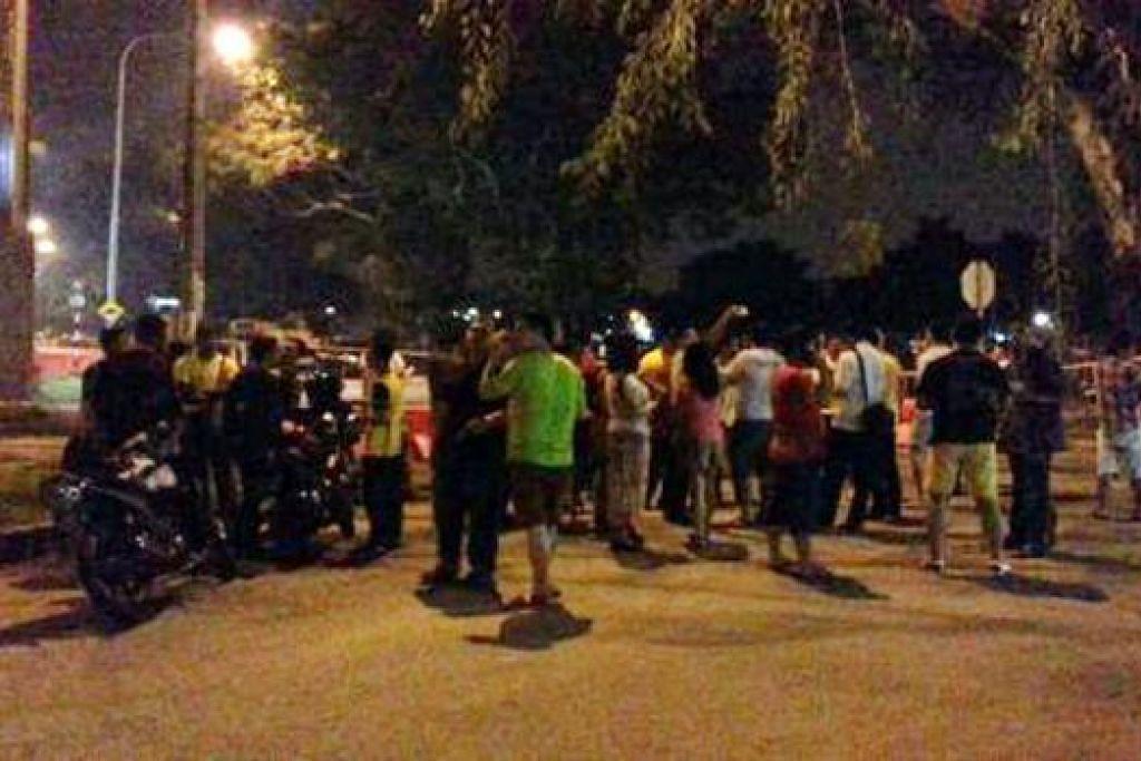 MEMBUAT BANTAHAN: Polis Malaysia telah menahan penuntut universiti yang mengadakan demonstrasi jalanan di hadapan bangunan Parlimen menuntut perletakan jawatan Perdana Menteri Datuk Najib Tun Razak. - Foto INTERNET