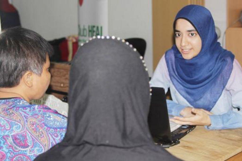 CURAH BAKTI: Biarpun sibuk dengan tugasan harian sebagai jururawat kanan, Cik Lubna masih meneruskan kerja sukarelanya di Kelab Heal. - Foto-foto NATIONAL HEALTHCARE GROUP