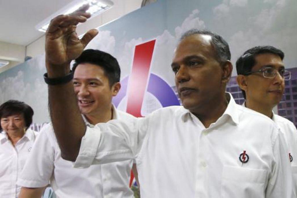 PILIHAN DI TANGAN PENGUNDI: Encik K. Shanmugam (depan) menggesa pengundi agar memilih calon yang mereka percaya dapat mengendalikan negara dan ekonomi dengan baik, mengendali majlis bandaran dengan jujur dan mewakili mereka di Parlimen. - Foto REUTERS