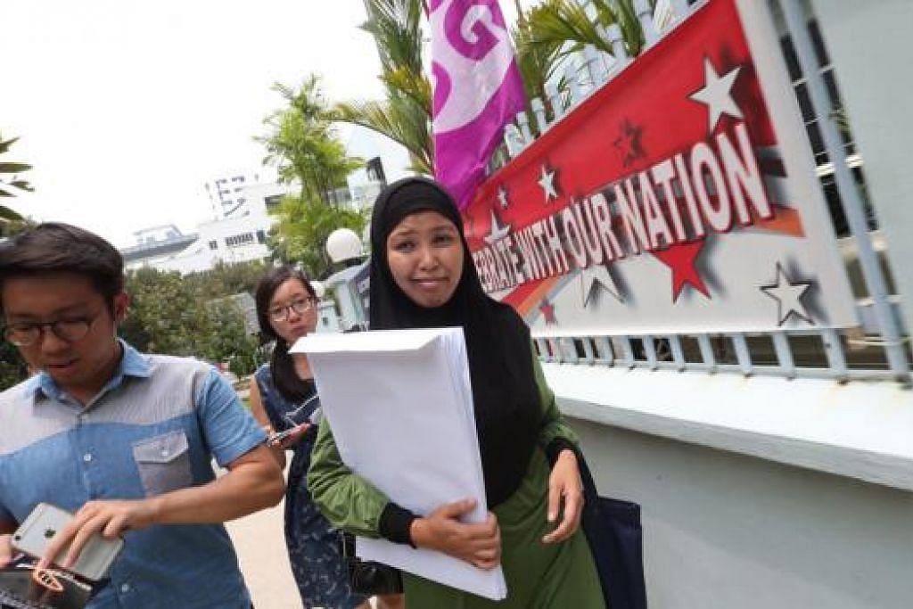 AMBIL BORANG: Penolong bendahari NSP, Cik Nor Lella, turut hadir untuk mengambil borang penamaan calon bagi parti beliau.