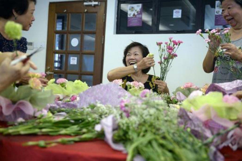 Warga emas menyertai bengkel gubahan bunga kendalian syarikat Far East Flora di bawah siri Pekerjaan Emas Akademi Warga Emas Persatuan Rakyat (PA). Syarikat yang menyediakan peluang latihan amali atau pekerjaan sambilan dan ringan di bawah program itu telah bertambah.