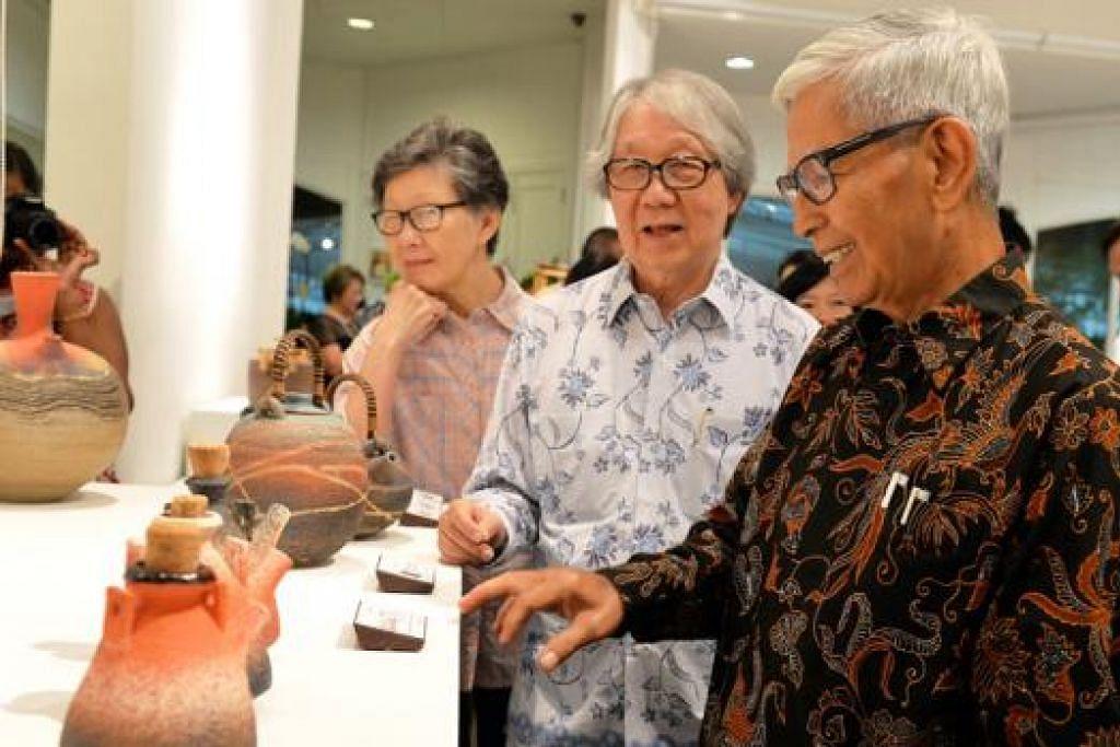 PAMERAN TERAKHIR YANG TIDAK AKAN DILUPAKAN: Encik Iskandar Jalil (kanan) menceritakan kisah di sebalik beberapa rekaan tembikar beliau kepada tetamu terhormat, Profesor Tommy Koh. - Foto M.O. SALLEH