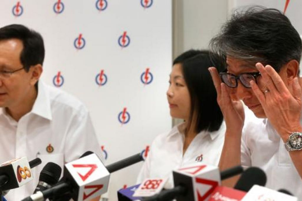 BUAT PILIHAN BIJAK: Encik Lim Swee Say (kanan) menangis selepas mengucapkan terima kasih kepada Encik Raymond Lim (kiri) yang bersara daripada politik. Encik Lim Swee Say menggesa warga Singapura agar memilih pemimpin yang berupaya memimpin Singapura di peringkat nasional dalam pilihan raya nanti. - Foto THE STRAITS TIMES