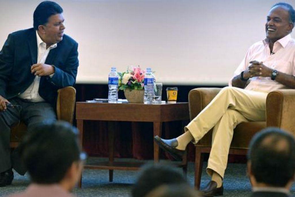 PERBINCANGAN TERBUKA: Presiden Kelab Akhbar yang juga Ketua Editor, Kumpulan Media Inggeris/Melayu/Tamil SPH, Encik Patrick Daniel (kiri), mempengerusikan sesi soal jawab selepas ceramah yang disampaikan Encik Shanmugam semalam. - Foto THE STRAITS TIMES