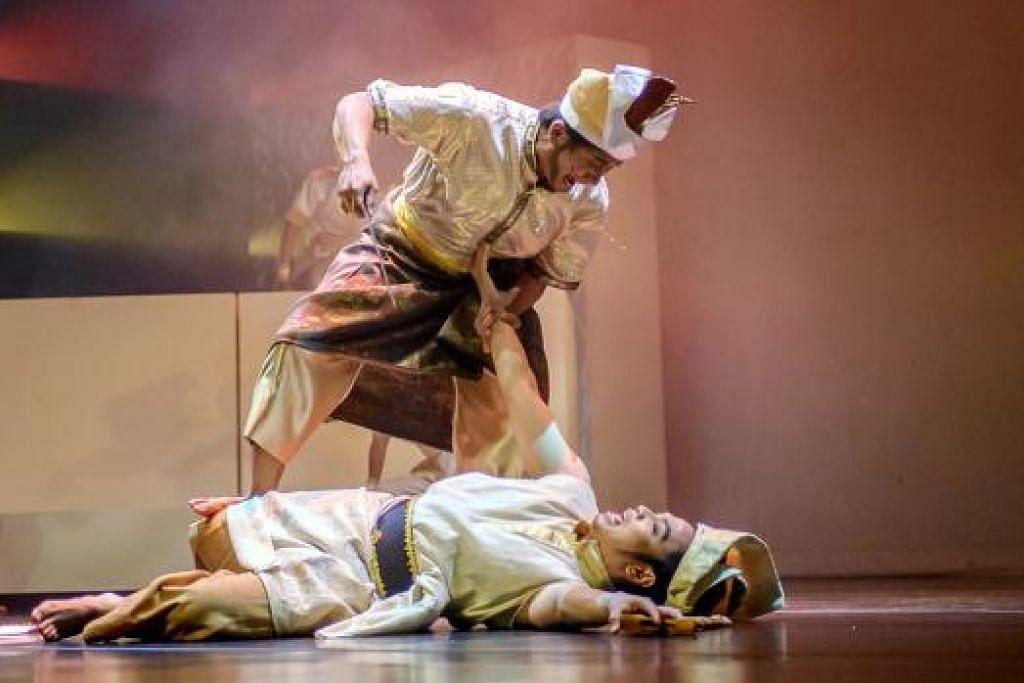 KISAH TUAH: Adegan pertarungan banyak terdapat dalam tarian mengenai perjuangan Hang Tuah.