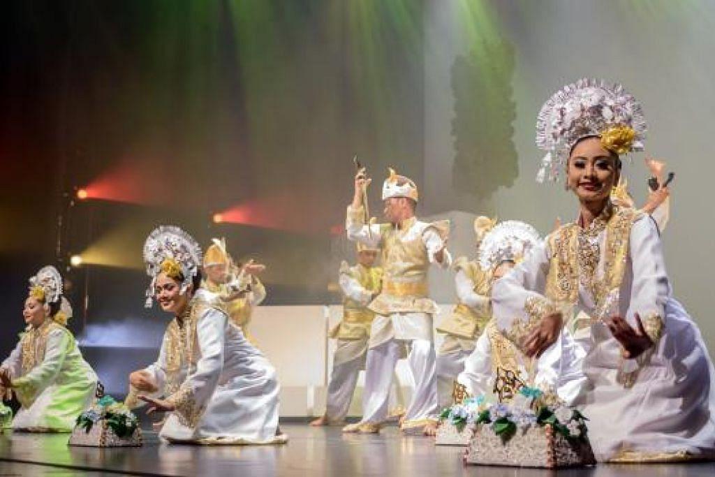 GAH: Tari 'Gong' yang menjadi persembahan dalam istana turut ditampilkan.