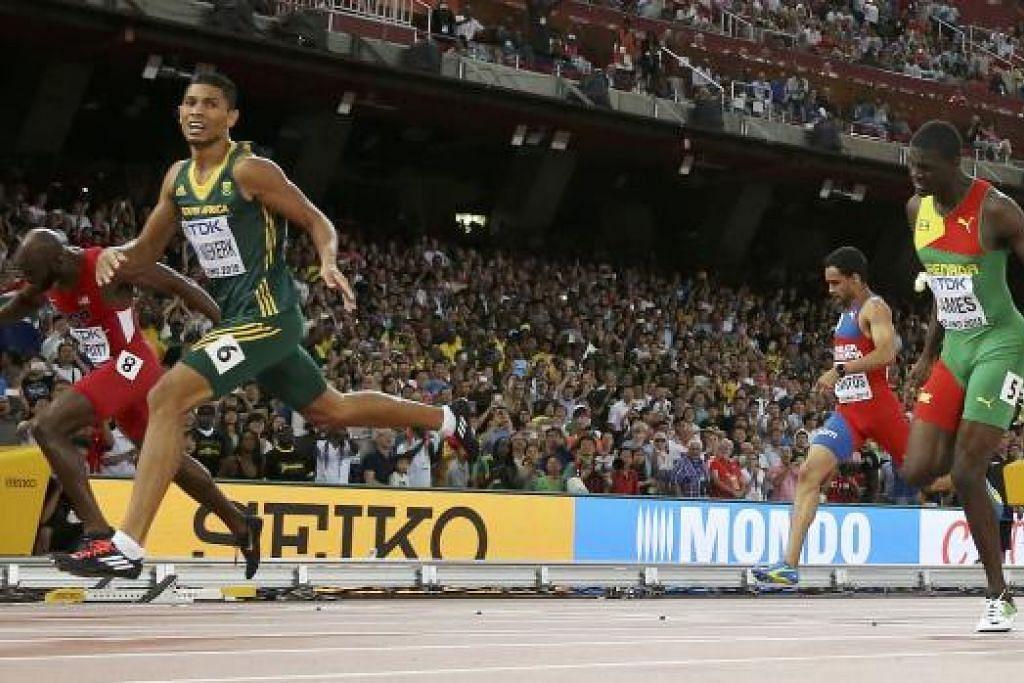 JUARA AFRIKA SELATAN: Wayde van Niekerk (dua dari kiri) melewati garis tamat dengan memenangi acara 400 meter lelaki dalam Kejohanan Atletik Dunia, sebelum rebah di trek dan dikejarkan ke hospital. - Foto REUTERS