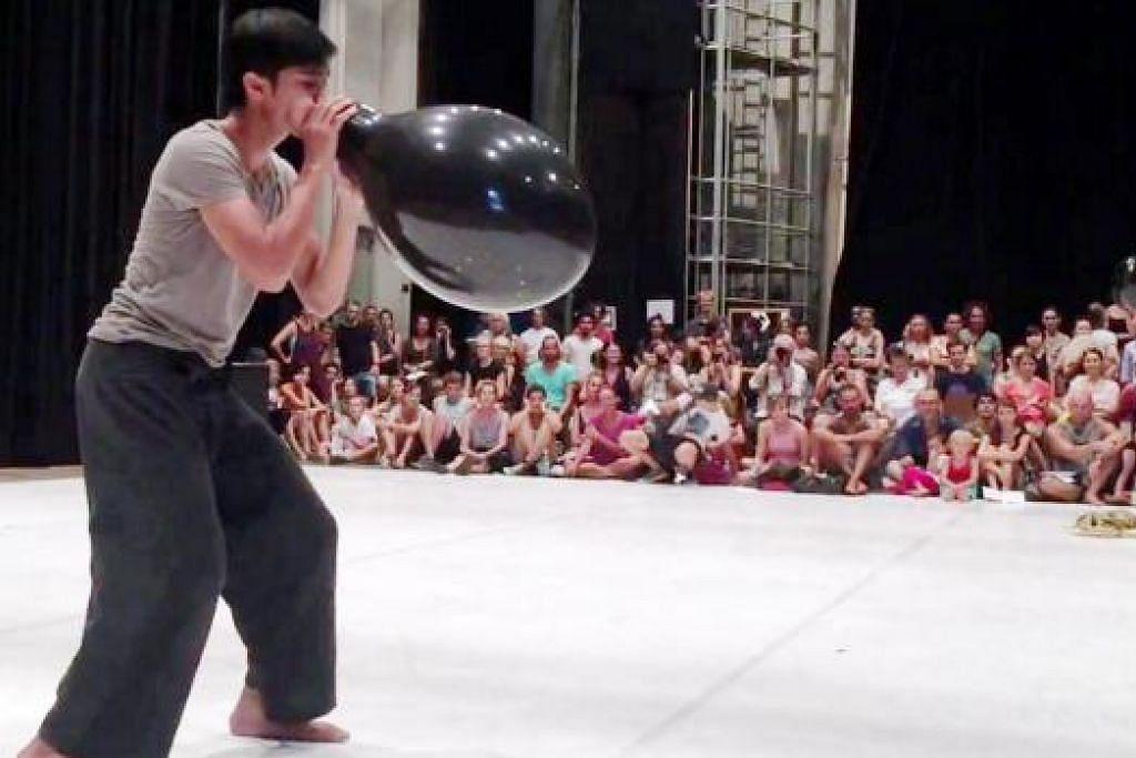 KARYA KONTEMPORARI MELAYU: Penari Norhaizad Adam mementaskan persembahan tari kontemporari Melayu berjudul 'Belon' selepas menjalani bengkel menari di Vienna, Austria. - Foto-foto ihsan NORHAIZAD ADAM