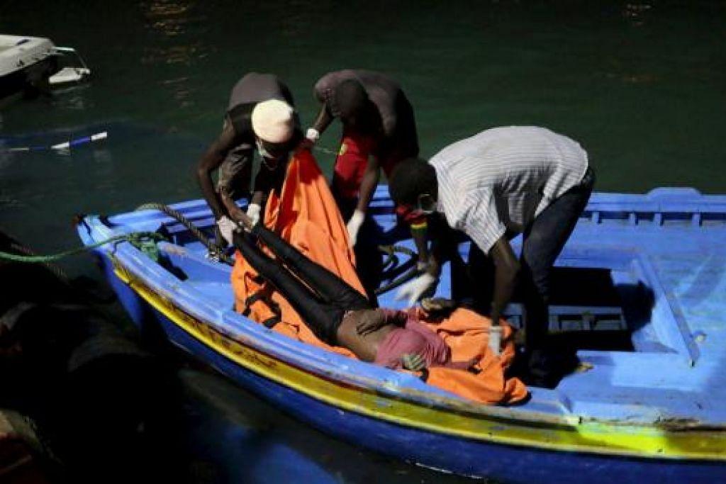 Penyelamat mengangkat mayat seorang pendatang yang ditemui pengawal pantai Libya selepas sebuah bot pendatang tenggelam di Zuwara, barat Tripoli, dalam perjalanan ke Eropah semalam. Gambar REUTERS