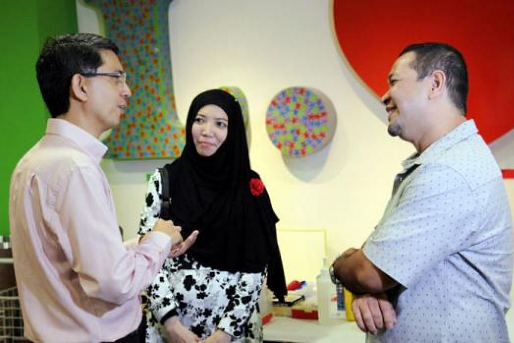 DIJADIKAN CONTOH: Dr Faishal (kiri) menggunakan contoh Encik Mohd Redzuan (kanan) yang berjaya menurunkan 10 kilogram melalui senaman dan makan secara sihat dengan sokongan isterinya, Cik Nurmeela (tengah), bagi menggalakkan lebih ramai orang menjaga pemakanan dan amalkan gaya hidup sihat. - Foto-foto KTPH