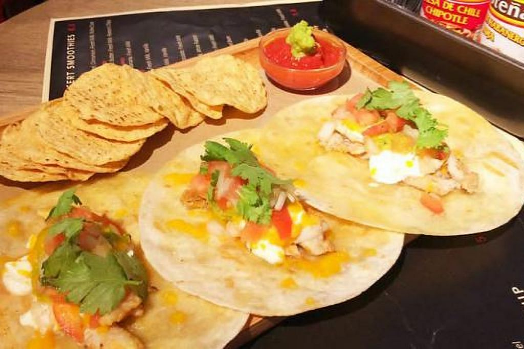 CANGREJO EN MANTEQUILLA: Dihidangkan bersama 'salsa', 'guacamole', krim masam dan kerepek jagung.