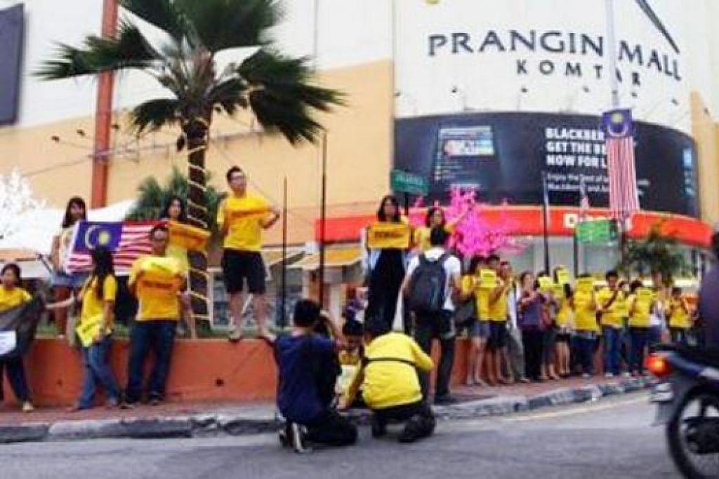 PERHIMPUNAN JALAN TERUS?: Sekitar 30 orang yang mewakili anggota Wanita Parti Keadilan Rakyat (PKR) dan penyokong mereka mengadakan perhimpunan 'Bersih kecil' di Bukit Mertajam, Pulau Pinang, kelmarin menjelang perhimpunan Bersih 4.0 hari ini. - Foto THE STAR
