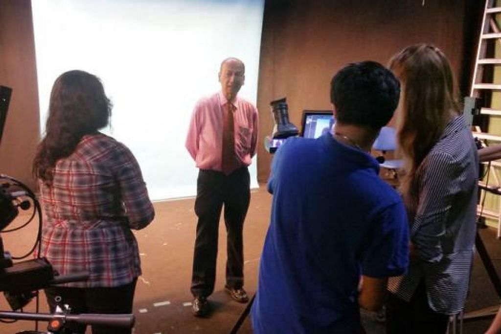 AMBIL BERAT: Dr R. Theyvendran (dua dari kiri) meluangkan masa dengan pelajar Sekolah Media dan Komunikasi MDIS yang terdiri daripada pelajar Russia, Indonesia, India dan Sri Lanka. - Foto NIZAM ISMAIL