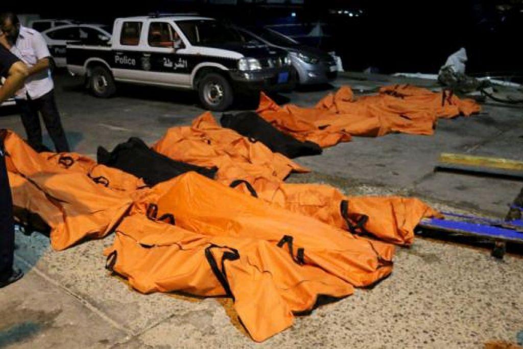 IMPIAN BERAKHIR: Mayat-mayat pendatang tanpa izin yang ingin menyusup masuk ke Eropah ditemui oleh pengawal pantai Libya selepas sebuah bot karam di perairan dekat Zuwara yang terletak di barat Tripoli. - Foto REUTERS
