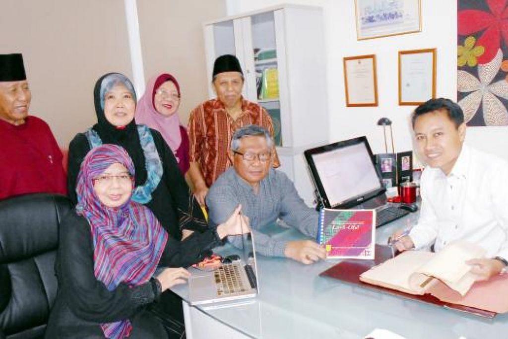 BEKERJASAMA BUKUKAN KISAH KEHIDUPAN MASYARAKAT BAWEAN: Haji Faizal (kanan) berkongsi kegembiraan bersama jawatankuasa projek buku Masyarakat Bawean Singapura: La-A-Obe yang dilancarkan hari ini. Bersama beliau ialah (duduk dari kiri) Cik Sundusia; Haji Asmawi Majid, Bendahari PBS; (berdiri dari kiri) Haji Mohd Seain, Cik Rohanah Pagi, Setiausaha PBS; Cik Nurul Sa'adah Mohammad Seain, Naib Setiausaha Satu; dan Haji Morni Sulaiman. - Foto SAINI SALLEH