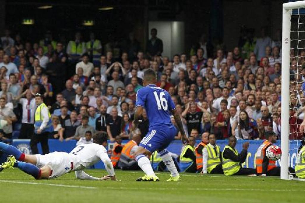 TANDUKAN CEMERLANG: Pemain Crystal Palace, Joel Ward (kiri), menanduk gol kemenangan pasukannya ke atas Chelsea dalam satu pertemuan di Stamford Bridge malam tadi.