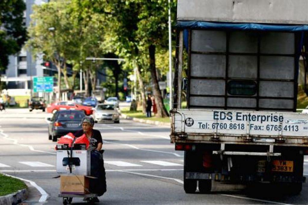 PERLU PRIHATIN WARGA TUA: Jurugambar merakam detik lori sempat mengelak warga tua pemungut kadbod.