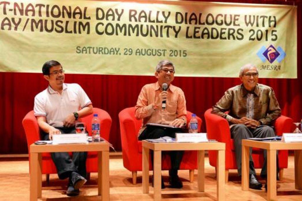 MENDENGAR MAKLUM BALAS: (Dari kiri) Encik Zainal Sapari, Dr Yaacob Ibrahim dan Encik Zainul Abidin Rasheed mendapatkan pandangan bahkan mengulas beberapa keprihatinan pemimpin akar umbi dan wakil daripada masjid dan pertubuhan Melayu/Islam di sesi dialog pasca Rapat Umum Hari Kebangsaan anjuran Mesra. - Foto M.O. SALLEH