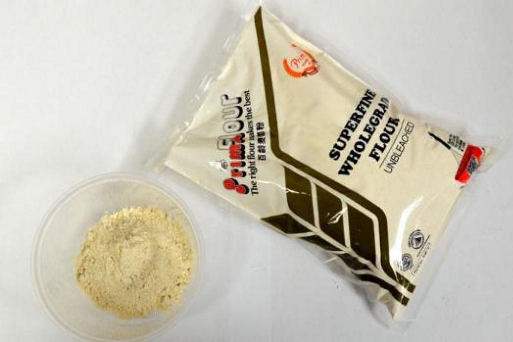 TEPUNG LEBIH SIHAT: (Kiri) Tepung bijian sempurna 'Prima Superfine Wholegrain Flour' bertekstur halus walaupun ia dihasilkan daripada bijian sempurna dan akan dilancarkan bulan depan. - Foto-foto JOHARI RAHMAT, NURMAYA ALIAS dan PRIMA TASTE