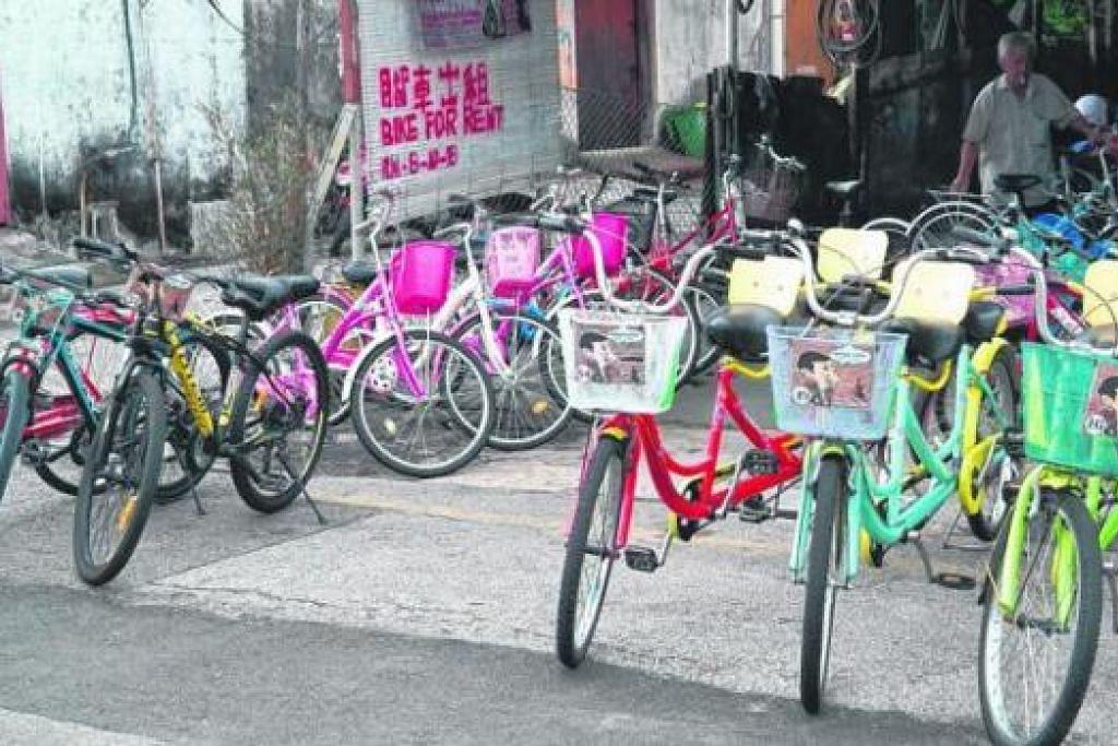 SUSURI PEMANDANGAN SEKITAR IBU KOTA: Penulis menyarankan pengunjung Pulau Pinang menunggang basikal sewa seperti yang terdapat di Lebuh Pantai dalam gambar ini. Harga sewa bermula dari RM8 ($2.80) bagi tempoh lima jam. - Foto NANNY ELIANA