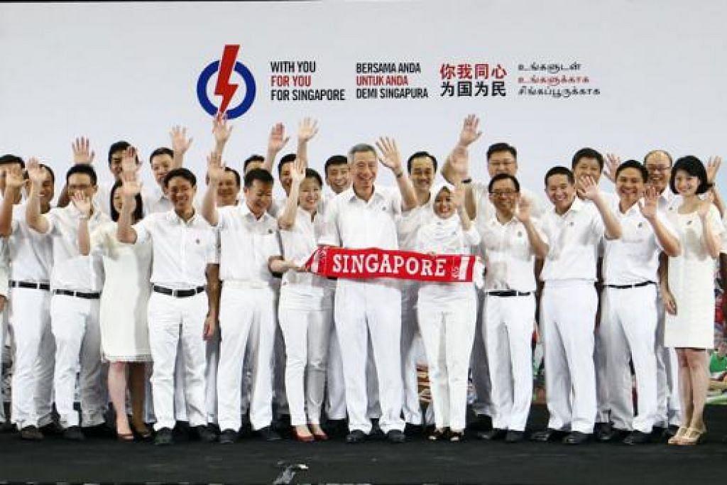 SIAP SEDIA MENGHADAPI PILIHAN RAYA: Encik Lee (tengah) bersama 24 calon baru PAP yang akan bertanding sama dalam pilihan raya 2015 bagi menentukan masa depan Singapura. – Foto-foto ZAOBAO