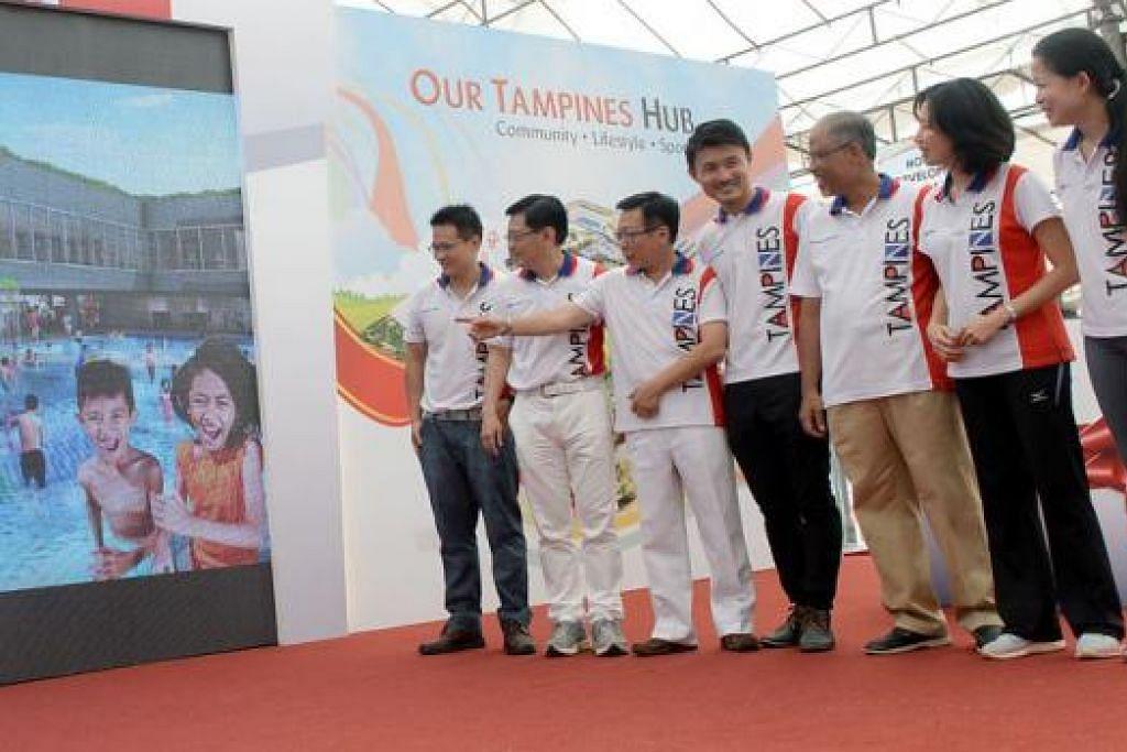 AMBIL KIRA CITA RASA PENDUDUK: (Dari kiri) Encik Desmond Choo, Encik Heng, Encik Mah Bow Tan, Encik Baey Yam Keng, Encik Masagos, Cik Irene Ng serta Naib Pengerusi Tampines East CCC, Cik Cheng Li Hui, menyaksikan klip video yang ditayangkan kepada penduduk mengenai kemudahan di hab baru Tampines. - Foto TAUFIK A KADER