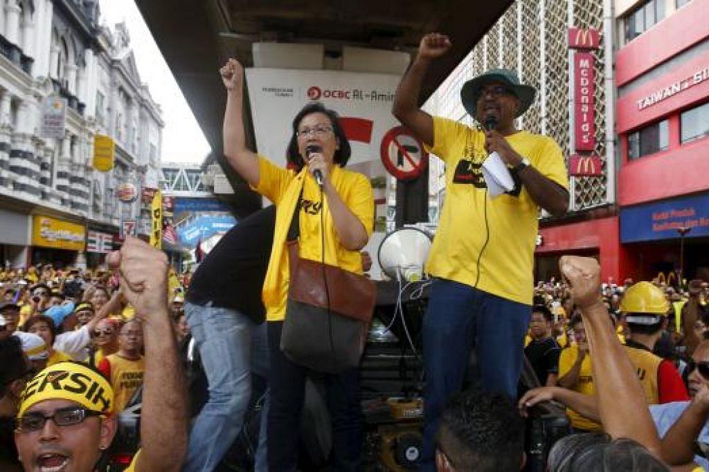 Ketua Bersih, Cik Maria Chin Abdullah, memberi galakan kepada penyokong perhimpunan sedang mereka membuat persiapan untuk berarak ke Dataran Merdeka di Kuala Lumpur Sabtu lalu. Gambar REUTERS