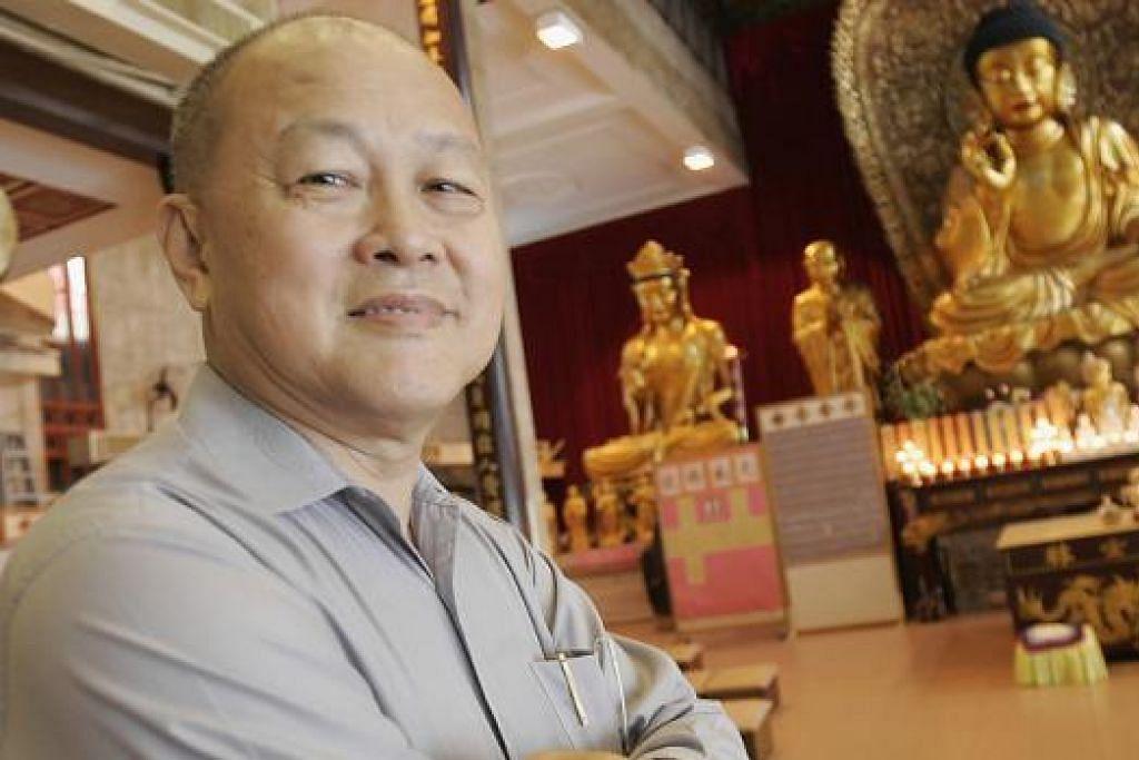 KHIDMAT TIDAK KIRA AGAMA: Singapore Buddhist Lodge di bawah pimpinan Encik Lee Bock Guan menghulurkan bantuan kepada golongan yang memerlukan tidak kira agama. - Foto fail THE NEW PAPER