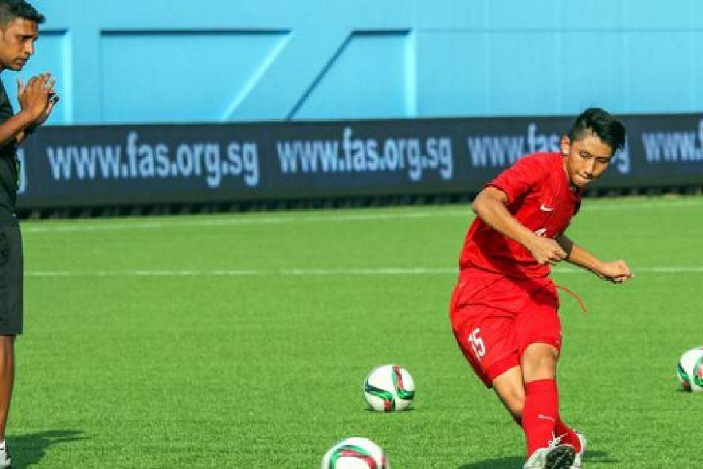 PERSIAP PASUKAN: Jurulatih Bawah 15 Tahun, V. Selvaraj, memberi petunjuk kepada salah seorang pemainnya, Glenn Kweh, di sesi latihan sebagai persiapan menghadapi Kelayakan Bawah 16 Tahun Gabungan Bola Sepak Asia (AFC). - Foto FAS