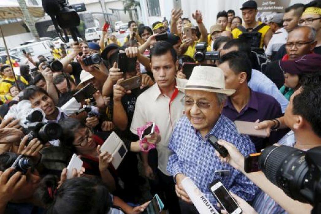 SOKONGAN KEPADA RAKYAT: Dr Mahathir muncul dalam perhimpunan Bersih. Bagaimanapun, menurut beliau kehadirannya bukan menyokong Bersih sebaliknya menunjukkan solidariti kepada rakyat. - Foto fail REUTERS