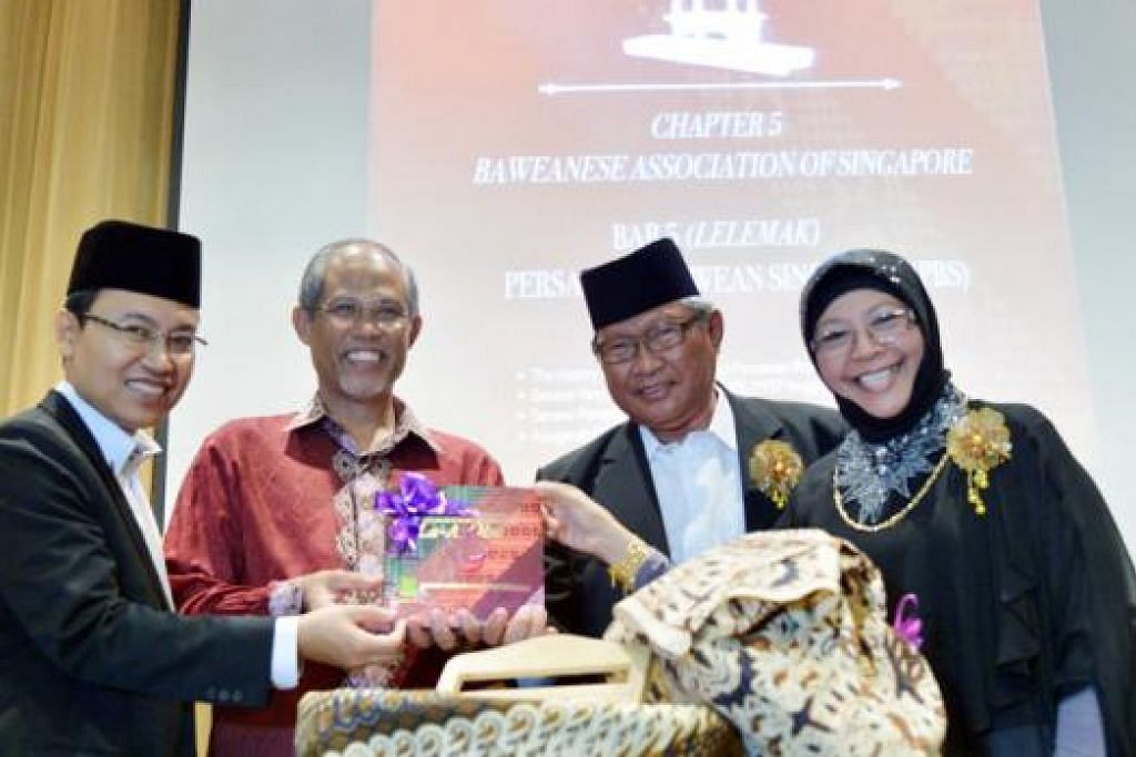 LANCAR BUKU: Encik Masagos (dua dari kiri) melancarkan buku menyingkap 80 tahun kelahiran Persatuan Bawean Singapura (PBS), Masyarakat Bawean Singapura La-A-Obe, pada majlis petang Sabtu lalu di Hotel Furama RiverFront. (Dari kiri) Presiden PBS, Encik Faizal Wahyuni; Naib Presiden II, Encik Asmawi Majid; dan Naib Presiden I, Cik Salamah Abdol. - Foto A Kadir Pandi