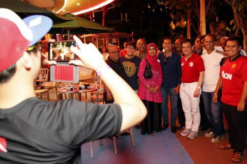 PENGHARGAAN BAGI MEREKA YANG TELAH BERBAKTI: Satu acara khusus di Universal Studios Singapore telah diadakan kelmarin sebagai menghargai usaha peserta dan sukarelawan yang mengambil bahagian dalam Perbarisan Hari Kebangsaan bulan lalu. - Foto MCI