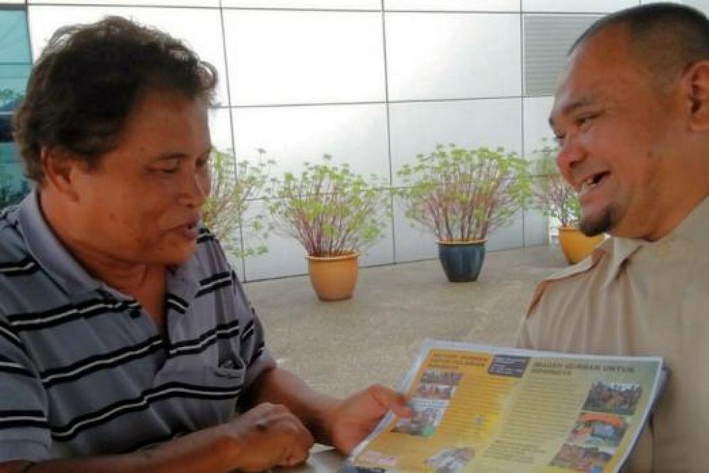 INGIN MELIHAT HIRA TERUS BANTU PENAGIH: Haji Omar (kiri) yang berbincang mengenai program Persatuan Hira bersama pengasasnya, Ustaz Rasman, berhasrat melepaskan jawatan presiden yang disandangnya apabila persatuan tersebut mengadakan mesyuarat tergempar dalam waktu terdekat atau selewat-lewatnya dalam mesyuarat agung tahun depan. - Foto SAINI SALLEH