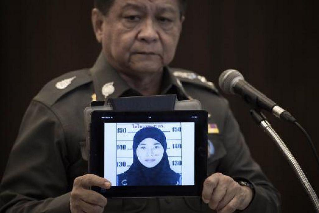 Jurucakap polis nasional Thailand, Encik Prawut Thavornsiri, semalam menunjukkan gambar Cik Wanna Suansant, seorang daripada empat orang yang dicari berhubung siasatan serangan bom di Kuil Erawan. Gambar AFP.