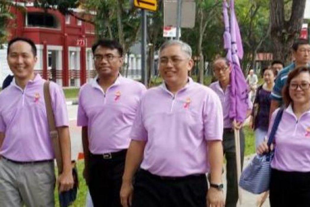 PARTI PEMBANGKANG: Pasukan Parti Kuasa Rakyat (PPP) yang terdiri daripada (dari kiri) Encik Lee Tze Shih, Encik Syafarin Sarif, Encik Goh Meng Seng dan Cik Low Wai Choo bertanding di GRC Chua Chu Kang. - Foto NUR ADILAH MAHBOB