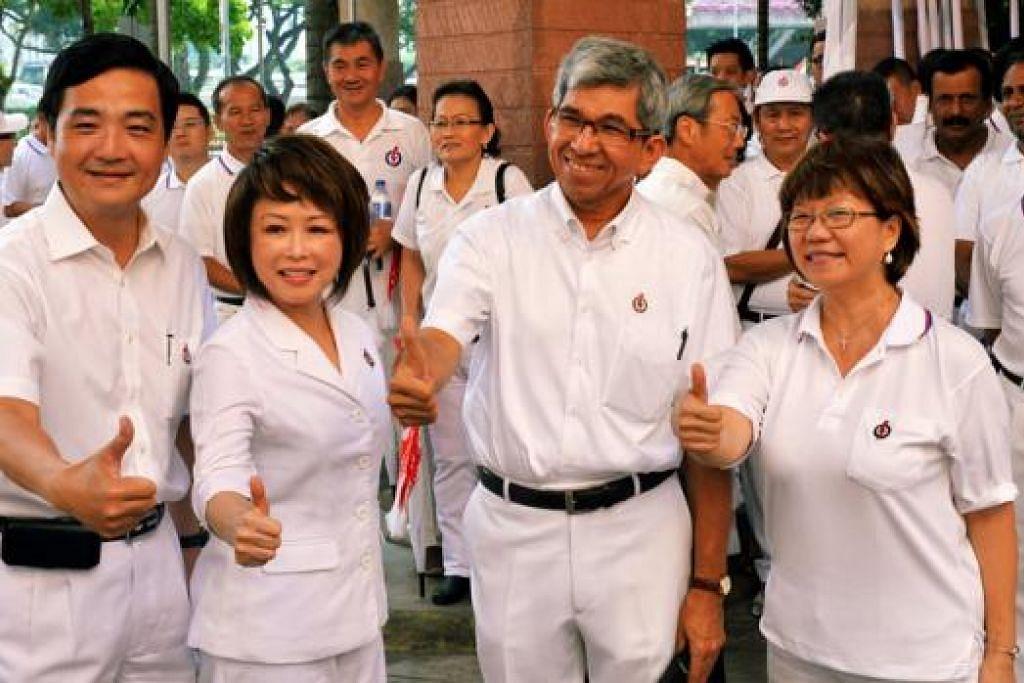 GRC JALAN BESAR: (Dari kiri) Pasukan PAP - Encik Heng, Cik Lily, Dr Yaacob dan Cik Denis - bergembira bersama penyokong sebelum berarak ke pusat penamaan calon. - Foto KHALID BABA