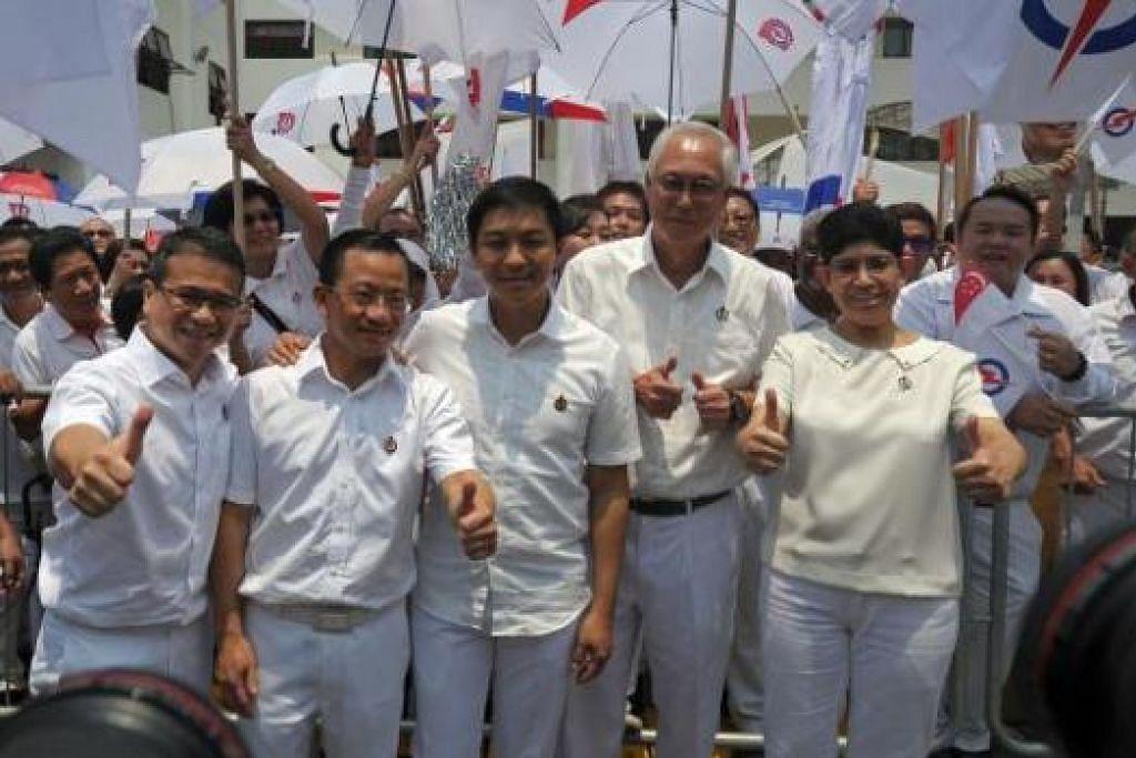 PASUKAN PAP GRC MARINE PARADE: (Dari kiri) Encik Edwin Tong, Encik Seah Kian Peng, Encik Tan Chuan-Jin, Encik Goh Chok Tong dan Dr Fatimah Lateef bersama penyokong mereka di pusat penamaan calon di Sekolah Kong Hwa. - Foto AFP