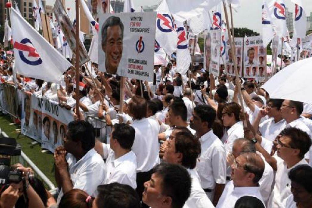 LAUTAN PUTIH: Penyokong PAP yang berkumpul di luar pusat penamaan calon semalam mengibarkan bendera dan sepanduk untuk memberikan semangat dan sokongan padu kepada calon parti ini. - Foto AFP
