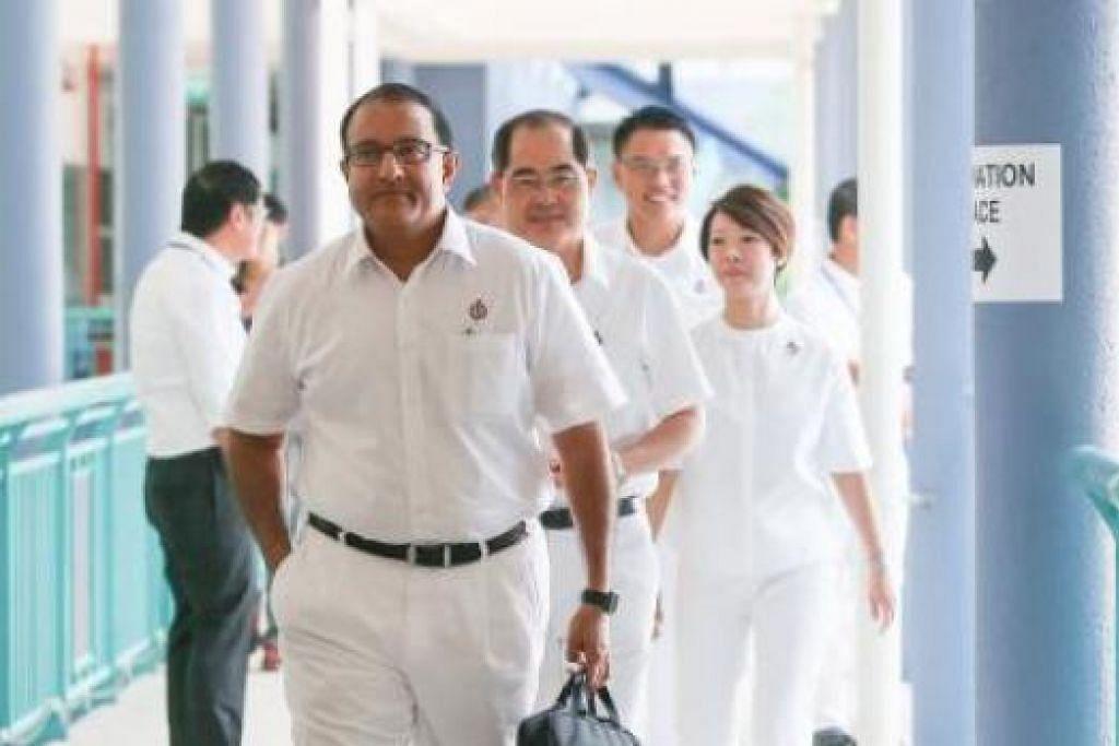 SEMANGAT SEPASUKAN: Encik Iswaran memimpin pasukan PAP di pusat penamaan calon di Sekolah Rendah Keming semalam. - Foto-foto THE STRAITS TIMES