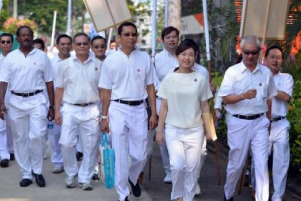 SIAP MENENTANG PEMBANGKANG: Cik Tin Pei Ling (ketiga dari kanan), calon PAP, berhadapan dengan dua calon parti pembangkang di SMC MacPherson. - Foto-foto THE STRAITS TIMES