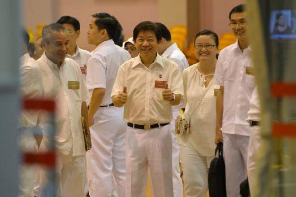 Encik Khaw Boon Wan di Sekolah Rendah Yishun, pusat pencalonan bagi GRC  Marsiling-Yew Tee, Nee Soon and Sembawang. Gambar THE STRAITS TIMES
