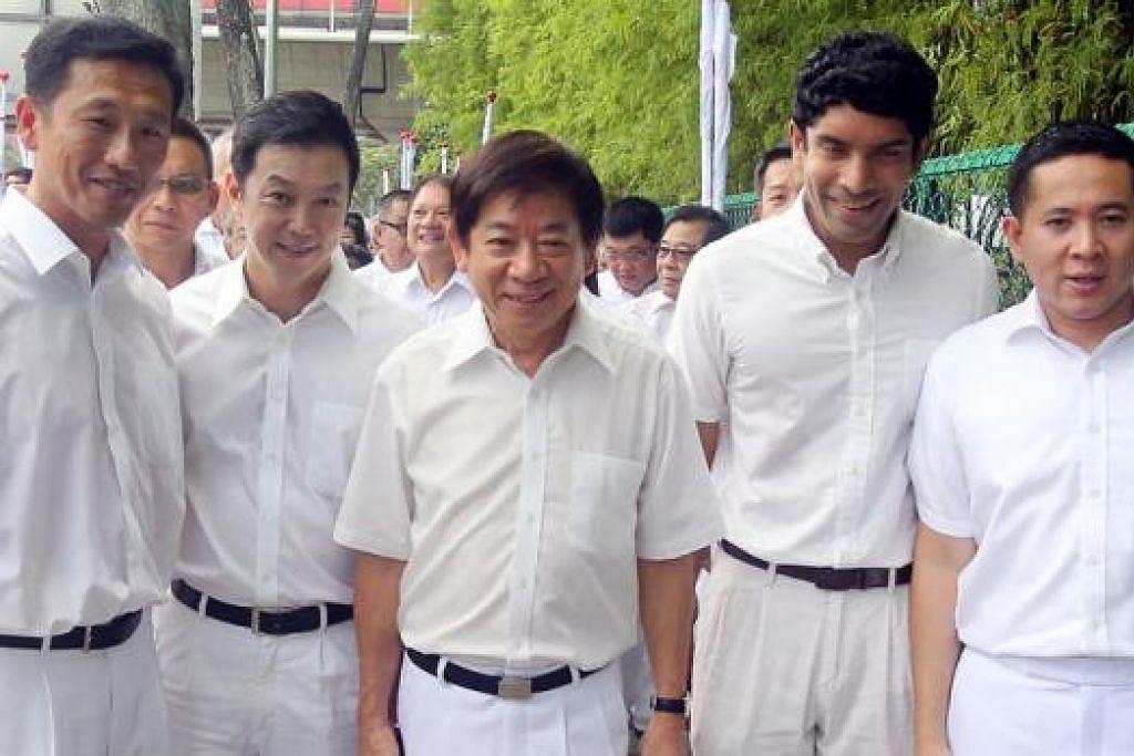 SEDIA PERJUANGKAN KEPERLUAN PENDUDUK: Encik Amrin (kanan) dan pasukan PAP di GRC Sembawang (dari kiri) Encik Ong, Dr Lim, Encik Khaw dan Encik Nair berharap dapat terus berkhidmat kepada penduduk. - Foto WANBAO
