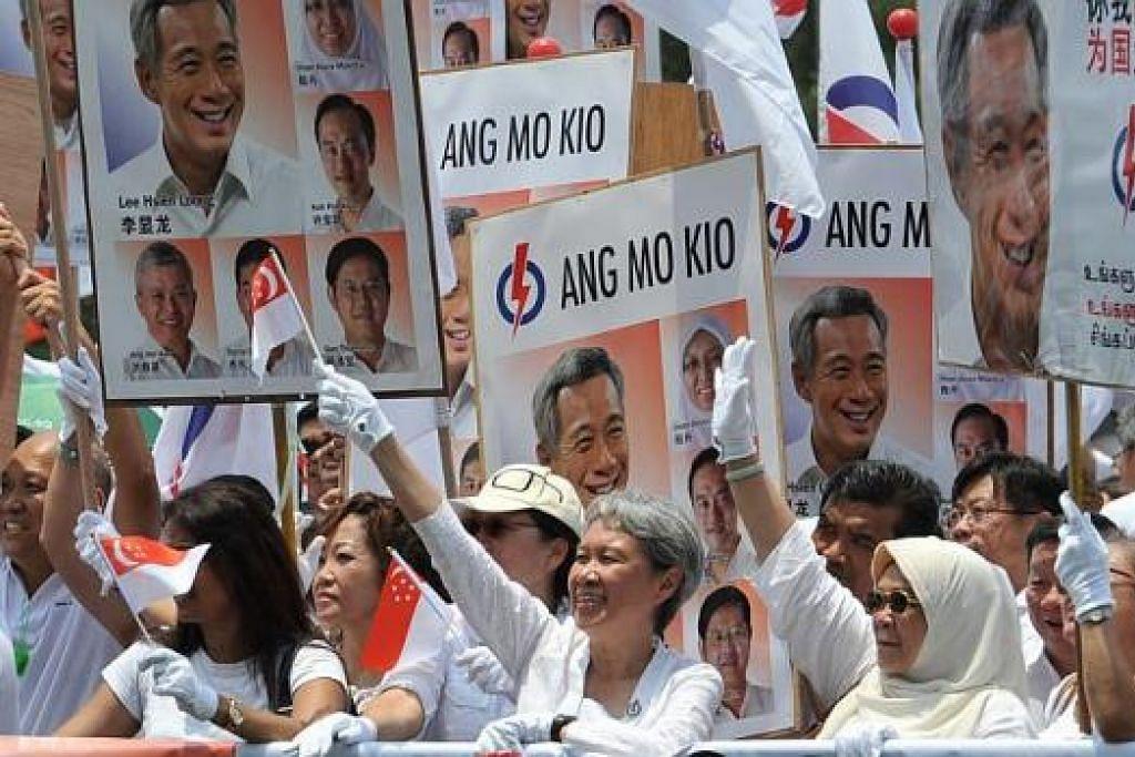 SOKONGAN ISTERI: Isteri Perdana Menteri Lee Hsien Loong, Cik Ho Ching (tengah), bersama penyokong PAP di pusat penamaan calon bagi GRC Ang Mo Kio di Raffles Institution. – Foto AFP