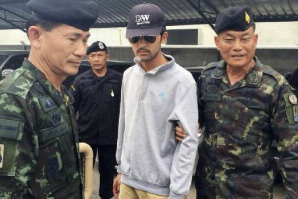 Pegawai tentera Thai membawa pergi suspek letupan bom di Kuil Erawan di Bangkok yang ditangkap semalam (1 Sep) dekat sempadan negara itu dengan Kemboja. Gambar REUTERS