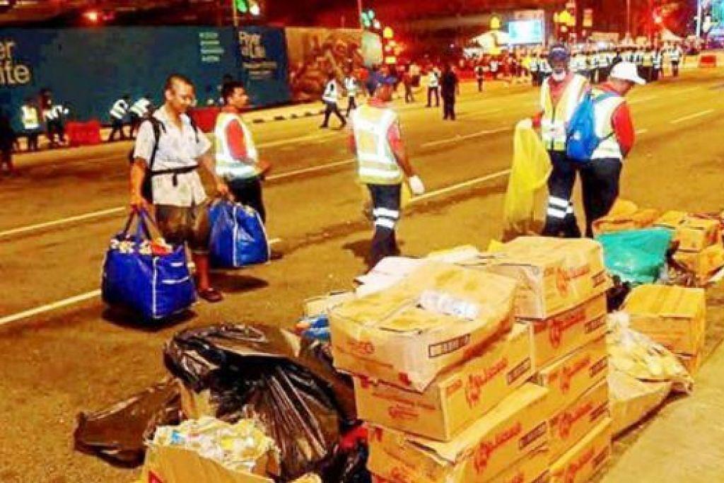 TIMBUL TENGKARAH: Pekerja pembersihan mengumpulkan sampah selepas tunjuk perasaan Bersih 4 berakhir pada hujung minggu lalu. - Foto THE STAR