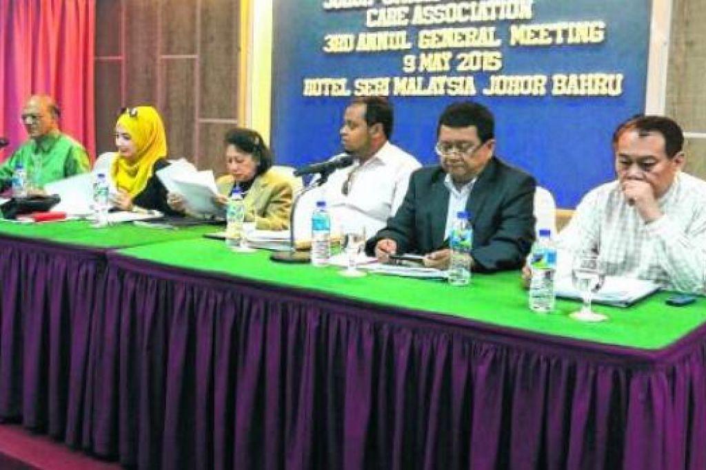 MESYUARAT AGUNG JSCA DI JOHOR BAHRU: Hadir (dari kanan) ialah Encik Muhammad Mazlan (dari Singapura), Encik Johari Muslim (dari Johor), Encik Abdul Rahman Mohd Hanipah (dari Singapura), Dr Maimunah Mohd Said (presiden baru dari Johor), seorang pegawai (dari Johor) dan Encik Ameerali Abdeali (dari Singapura) selaku pengerusi mesyuarat. - Foto ihsan MUHAMMAD MAZLAN ABDULLAH