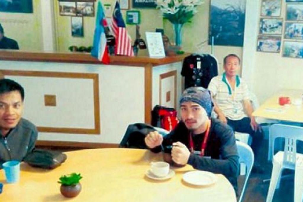 KEMBALI BERTUGAS: Dua malim gunung (kiri dan tengah) berehat di Laban Rata setelah memulakan pendakian buat kali pertama membawa pendaki ke Gunung Kinabalu semalam. - Foto KOSMO ONLINE